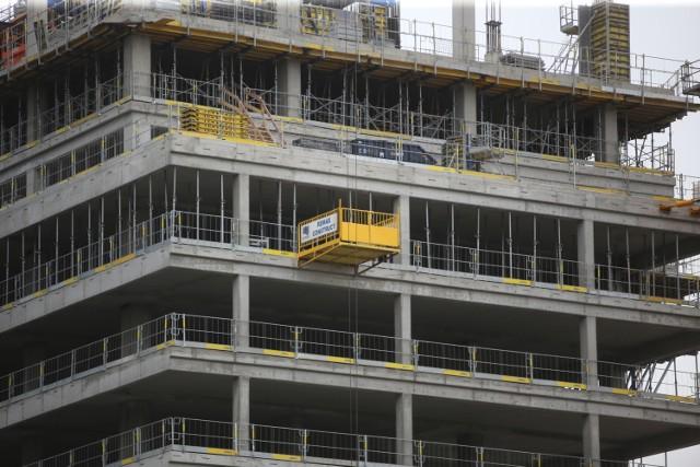 Na budowie wieżowca .KTW II trwają przygotowania do wykonania przesunięcia między 9. a 10. kondygnacją