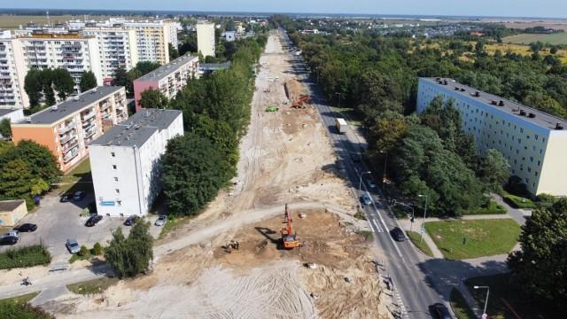 Jest już pierwsza warstwa asfaltu na nowej jezdni rozbudowywanej ulicy Walczaka w Gorzowie.