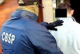 Policjanci CBŚ w Łodzi zlikwidowali gang. Na wielką skalę handlował bronią, amunicją i materiałami wybuchowym. Zatrzymano 63 osoby