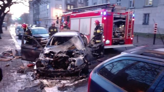 Obok Urzędu Wojewódzkiego w Katowicach spłonął samochód BMW