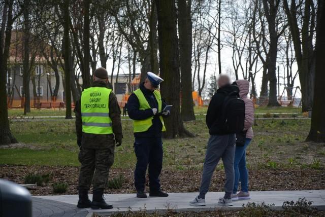 Policjanci z Krosna Odrzańskiego kontrolują m.in. osoby przebywające na kwarantannie. Czterech mieszkańców już złamało zakaz i nałożone zostały na nich kary.