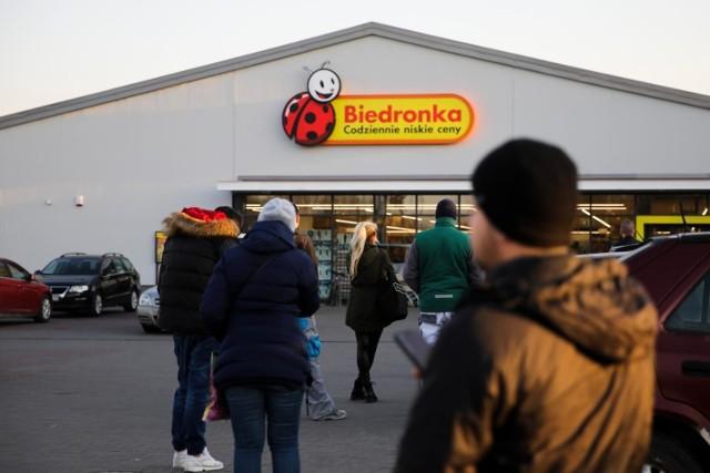 To nie żart! Jeronimo Martins Polska, właściciel sieci supermarketów Biedronka, musi zorganizować akcję, w ramach której rozda klientom bony na darmowe zakupy. Ich łączna wartość to aż 7,5 mln złotych. Tak zarządził Urząd Ochrony Konkurencji i Konsumentów (UOKiK), który dopatrzył się nieprawidłowości w akcjach promocyjnych Biedronki. Skargi zgłaszali sami klienci. Teraz mogą liczyć na darmowe bony na zakupy! Jak jest zdobyć? Ile będzie wart pojedynczy bon? Sprawdźcie szczegóły w dalszej części galerii!  Czytaj dalej. Przesuwaj zdjęcia w prawo - naciśnij strzałkę lub przycisk NASTĘPNE   POLECZMY TAKŻE:  Marcowe promocje w sklepach. Wyprzedaż do -50% w sklepach Biedronka  Gigantyczna rekrutacja w Lidlu. Ponad 2600 nowych miejsc pracy. Duże zarobki!