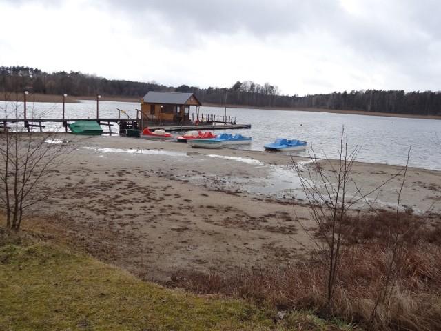 Poziom wody sięgnął dna. Jedno z najczystszych jezior w Lubuskiem, Głębokie koło Międzyrzecza, cały czas traci wodę. Wiele osób miało nadzieję, że skrajnie niski poziom wody poprawi się zimą. Nic z tego. Pomóc mogą jedynie radykalne działania.   Te sceny pokazują wszystko. Po prostu jezioro znika nam w oczach. Wielkimi krokami zbliża się sezon, więc na bieżąco śledzić będziemy kolejne działania władz gminnych oraz parlamentarzystów, którzy zainteresowali się tematem. Na razie popatrzmy, jak katastrofalnie wygląda sytuacja.  Film: Koszmarnie niski poziom wody w jeziorze Głębokie.