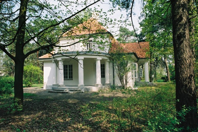 Do Sulejówka dojechać można pociągiem SKM lS2, KM R2 lub autobusem linii 173. Szczególnie warto zwiedzić tam Muzeum Józefa Piłsudskiego. W muzeum znajdują się zbiory z okresu od Powstania Styczniowego do śmierci Józefa Piłsudskiego w 1935 roku, a także oryginalne przedmioty wywiezione w 1947 roku na rozkaz władz Polski Ludowej.
