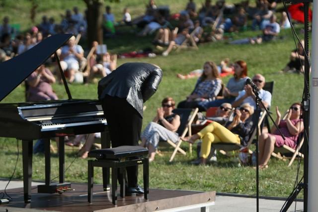 Od 12 lipca do ostatniej niedzieli wakacji muzyki klasycznej posłuchamy na leżakach rozstawionych na Placu Sztuk przed Filharmonią.