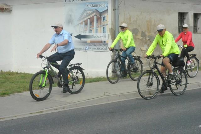 Ścieżka rowerowa Racot - Katarzynin - Choryń została oficjalnie otwarta. Samorządowcy i urzędnicy przejechali ją rowerami