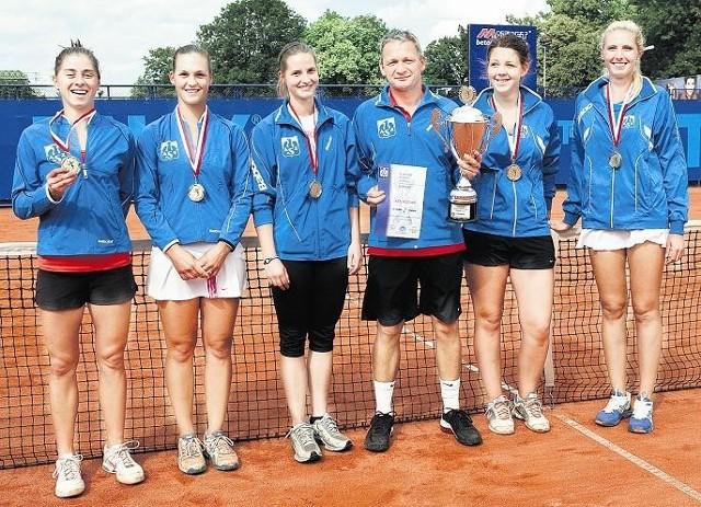 Mistrzynie Polski, tenisistki AZS Poznań. Od lewej stoją: Sylwia Zagórska, Barbara Sobaszkiewicz, Sylwia Mikołajczuk, trener Grzegorz Garczyński, Bogna Nowicka, Olga Brózda