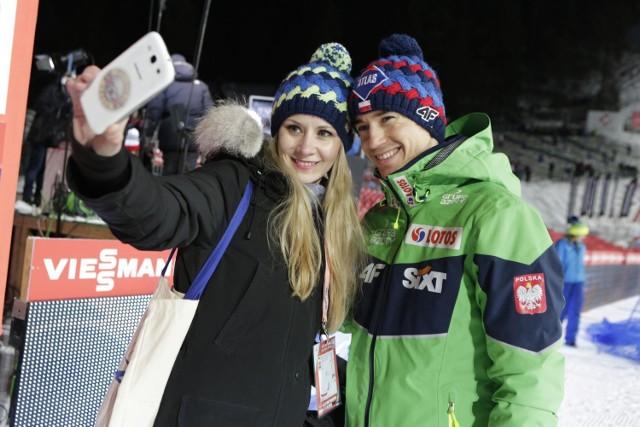 Zdjęcia pięknych dam serc naszych skoczków narciarskich znajdziesz na kolejnych slajdach >>