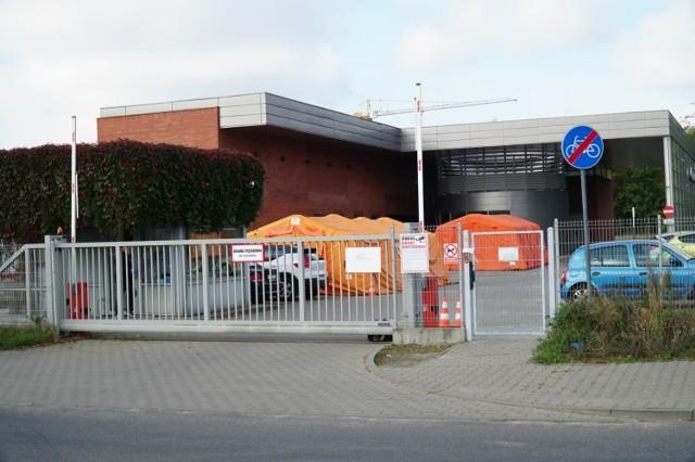 Po przeprowadzeniu postępowania wyjaśniającego wielkopolski NFZ wydał zalecenia szpitalowi im. Strusia w Poznaniu, gdzie leczeni są pacjenci chorzy na COVID-19. Placówka między innymi ma zmienić organizację pracy w godzinach późnopopołudniowych i nocnych na oddziałach.