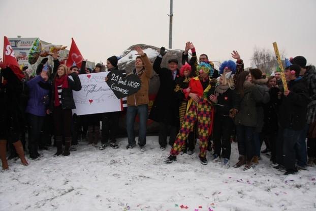 Parada Czerwonych Nosów przy rondzie WOŚP w Koninie