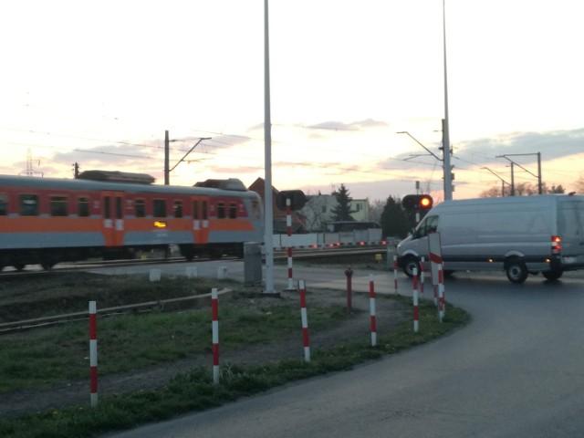 Przejazd drogowo-kolejowy w Krzesinach - tu w nocy rogatki nie zamknęły się przed nadjeżdżającym pociągiem, na szczęście nie doszło do wypadku