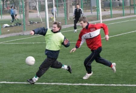 Piłkarze Sarmacji (jaśniejsze stroje) intensywnie przygotowują się do powrotu na boiska IV ligi. Fot. Olgierd Górny