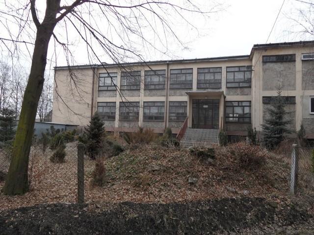 Budynek po gimnazjum wciąż stoi pusty