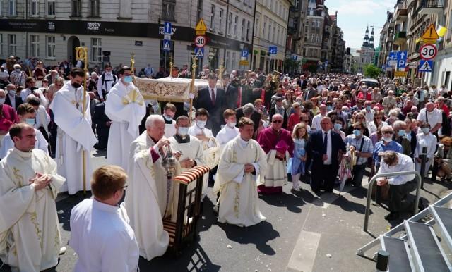 Ulicami Poznania przeszła w czwartek centralna procesja eucharystyczna z okazji Bożego Ciała. Wierni wyruszyli z kościoła pw. Bożego Ciała. Procesja zakończyła się na placu katedralnym. Przejdź do kolejnego zdjęcia --->
