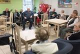 Policjanci odwiedzili dom Senior-Wigor w Żorach - rozmawiali z seniorami o bezpieczeństwie ZDJĘCIA