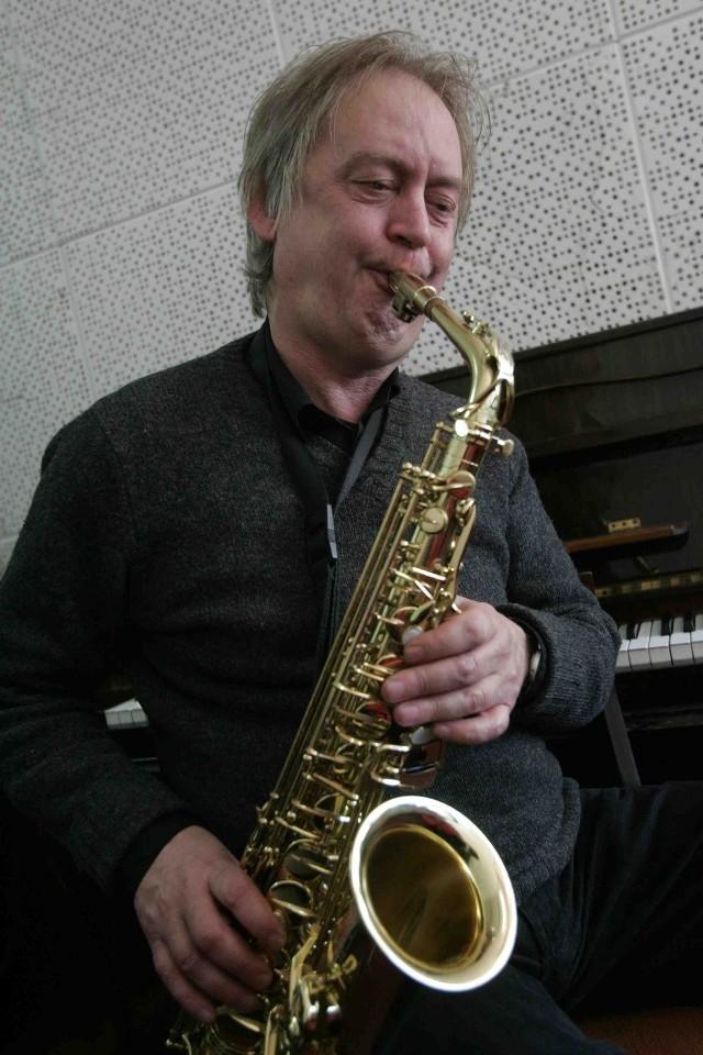 Jerzy Główczewski jest mistrzem gry na saksofonie