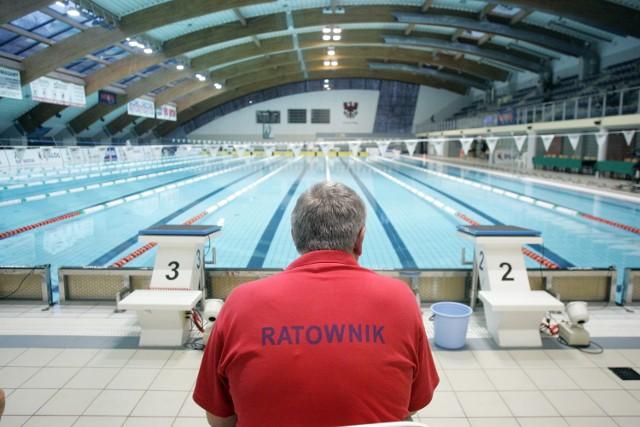 Ratowników najłatwiej spotkać na basenie. Niestety większość z nich nie ma zamiaru pilnować plażowiczów nad morzem czy na Mazurach