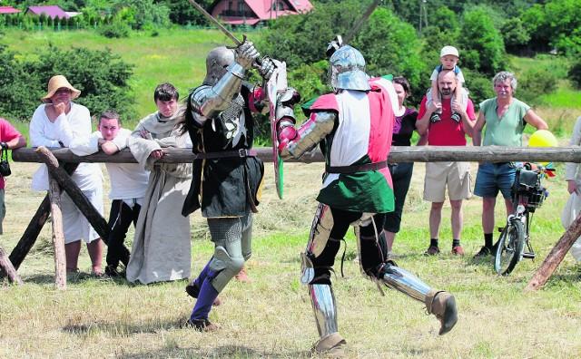 Potyczki rycerzy w zbrojach pełne były zaciętości. Widzowie z zapartym tchem oglądali walki i pokazy