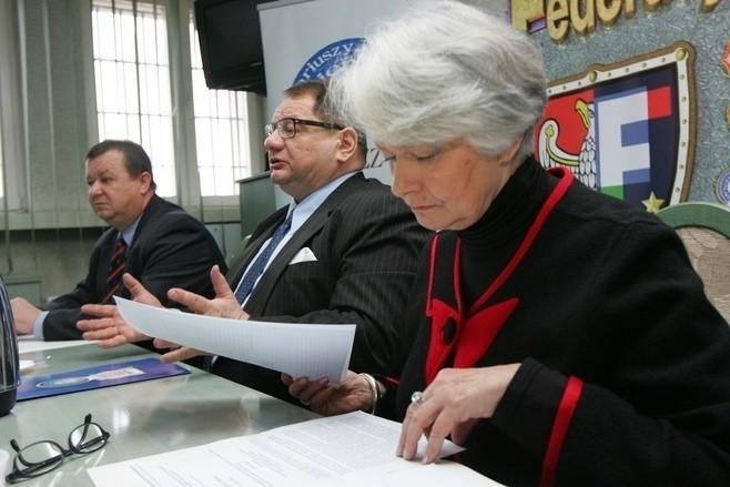 Poseł SLD Ryszard Kalisz wraz z posłanką Krystyną Łybacką spotkał się ze związkowcami reprezentującymi służby mundurowe
