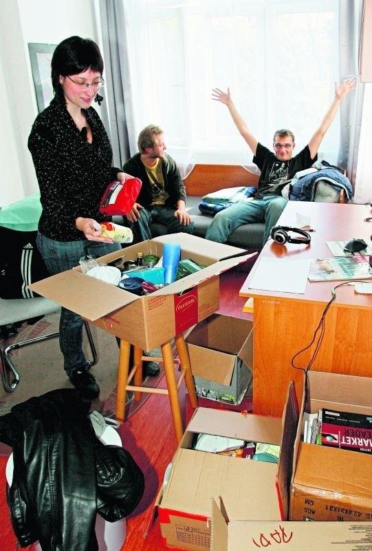 Piotr Popros (po prawej), Anna Zabrzeska i Krzysztof Kwiecień  z Politechniki Wrocławskiej cieszą się z miejsca w akademiku