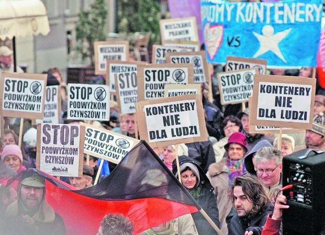 """W zorganizowanym przez NIC O NAS BEZ NAS """"marszu pustych garnków""""  przeszło ok. 500 osób"""
