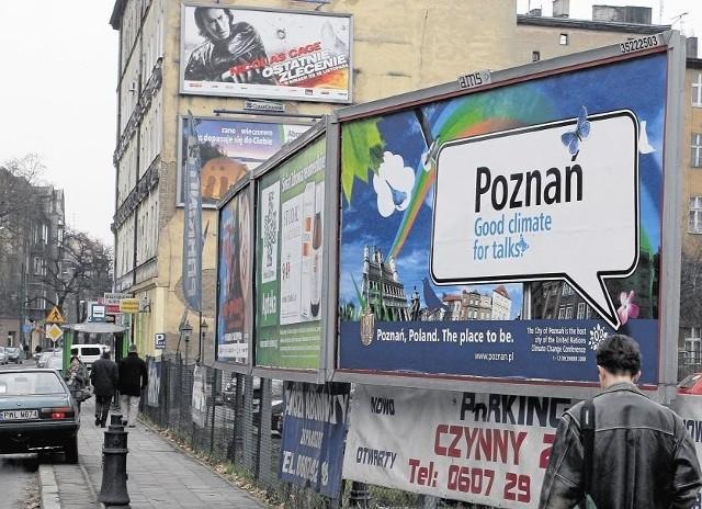 Reklamy wiszą w Poznaniu głównie na budynkach i ogrodzeniach