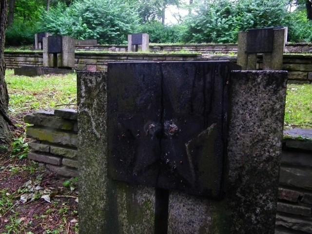 Osiemnaście gwiazd zostało skradzionych z płyt nagrobnych żołnierzy radzieckich na poznańskiej Cytadeli