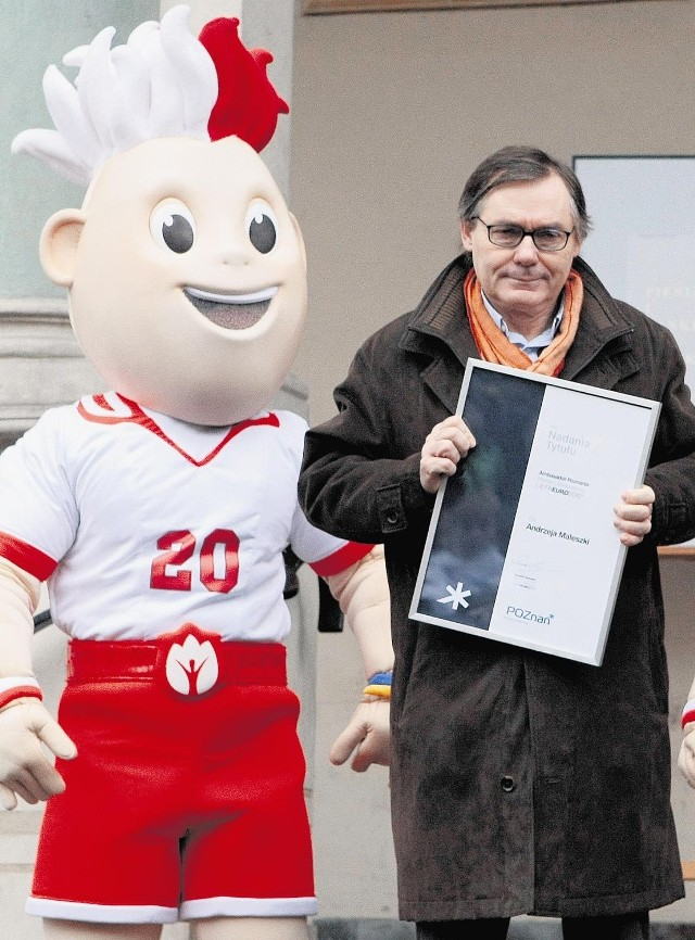 Reżyser Andrzej Maleszka nominację na ambasadora odebrał w towarzystwie maskotek Euro