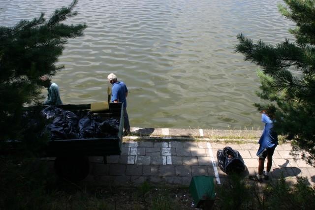 Codziennie, także w sobotę i niedzielę, od godz. 7 do 15, panowie: Eugeniusz, Tomasz, Andrzej i Witold zbierają po nas śmieci na prawie 100 hektarach