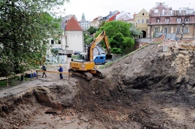 Pozostałości kamienicy odkopanej podczas budowy toalety przy ul. Zamkowej zostaną rozebrane