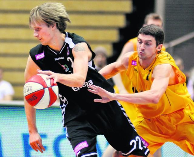 Mantas Cesnauskis (z piłką) kontra Giedrius Gustas