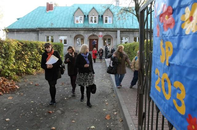 Częścią zebrania było zwiedzanie SP nr 203 przez radnych