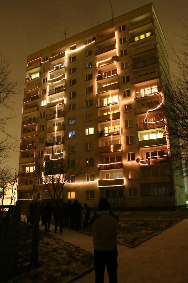W środę, punktualnie o godz. 18, balkony bloku przy ul. Przędzalnianej 102/104 rozświetliły lampki z trzech 100-metrowych kabli.