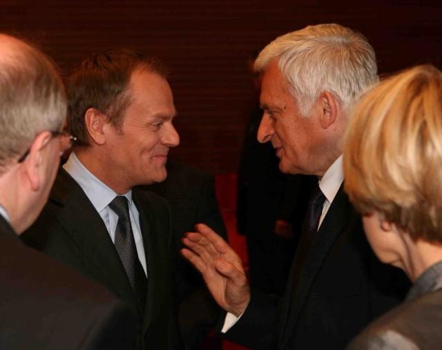 Dyskutują premier Donald Tusk i prof. Jerzy Buzek