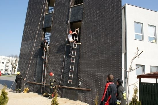 Strażacy wspinali się na trzecie piętro budynku przy pomocy tak zwane drabiny hakowej