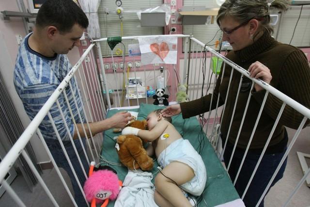 2-letni Kuba ze Skierniewic, który pod koniec października został dotkliwie poparzony w pożarze auta, w środę wyszedł ze szpitala.