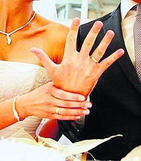 Najczęściej zmieniamy nazwisko zawierając związek małżeński, ale i wtedy musimy dobrze się zastanowić, czy na pewno chcemy przyjąć nazwisko męża, czy tylko dodać je do swojego panieńskiego