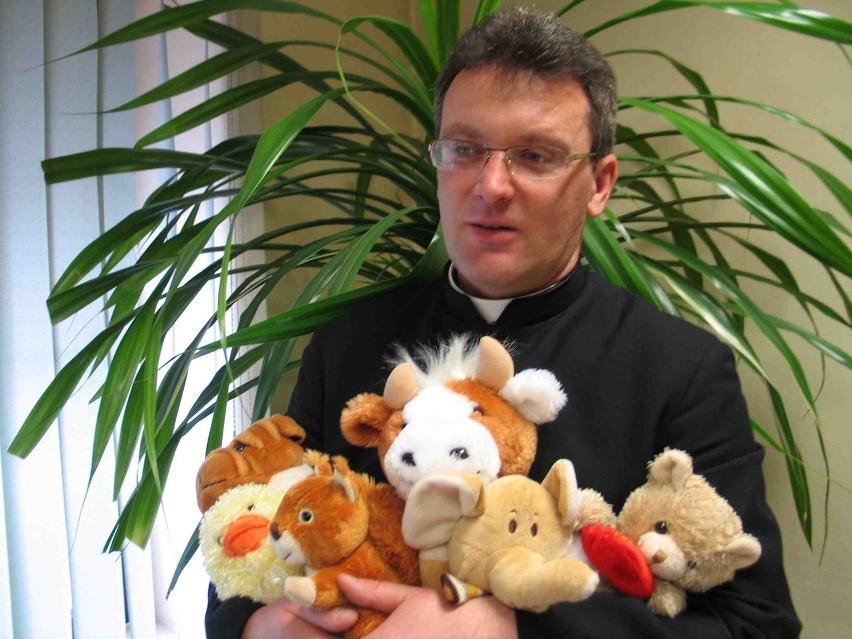 Proboszcz z Leśnej, Piotr Sadkiewicz, gromadzi maskotki darowane przez  parafian i przekazuje je chorym dzieciom