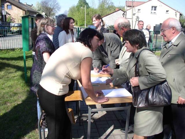 Mieszkańcy Łośnia chętnie podpisywali się pod petycją do prezydenta Podrazy