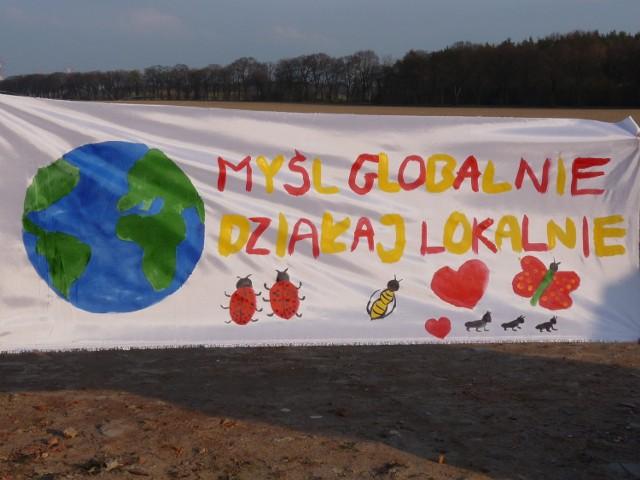 Plakat promujący akcję sprzątania osiedla