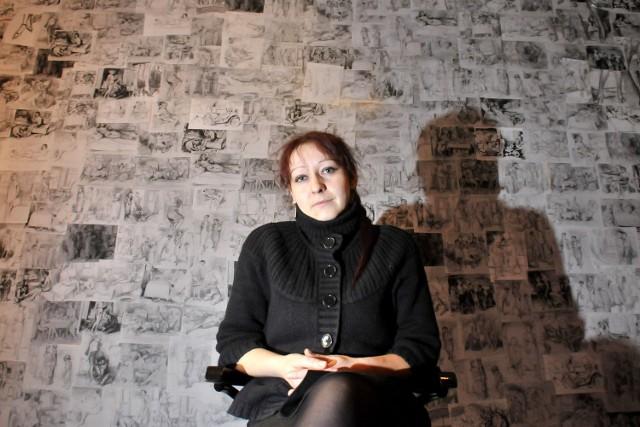 Ania Kaszuba-Dębska, ilustratorka, malarka, właścicielka Cafe Szafe i ... miłośniczka Schulza. Tu na tle ściany z reprodukcjami jego rysunków