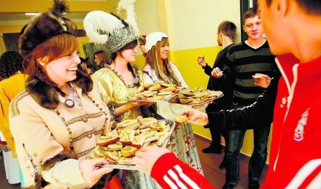 Uczniowie XXIV LO w niedzielę na Rynku będą częstować chlebem ze smalcem i ogórkiem