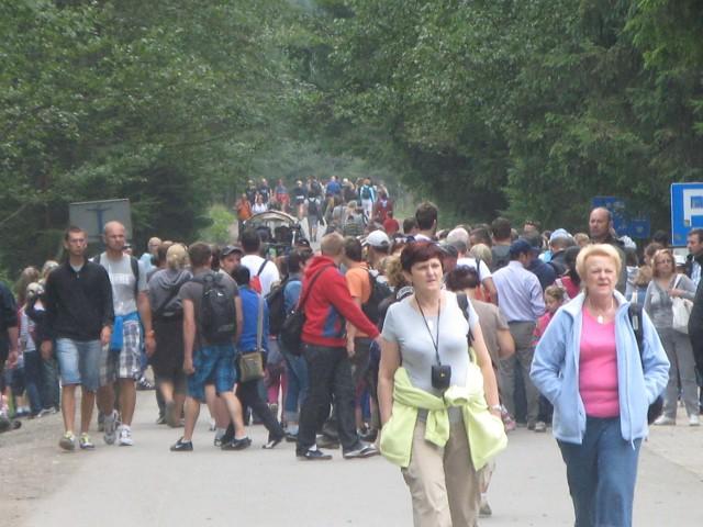 W  sierpniu drogę do Morskiego Oka codziennie pokonuje kilkanaście tysięcy turystów