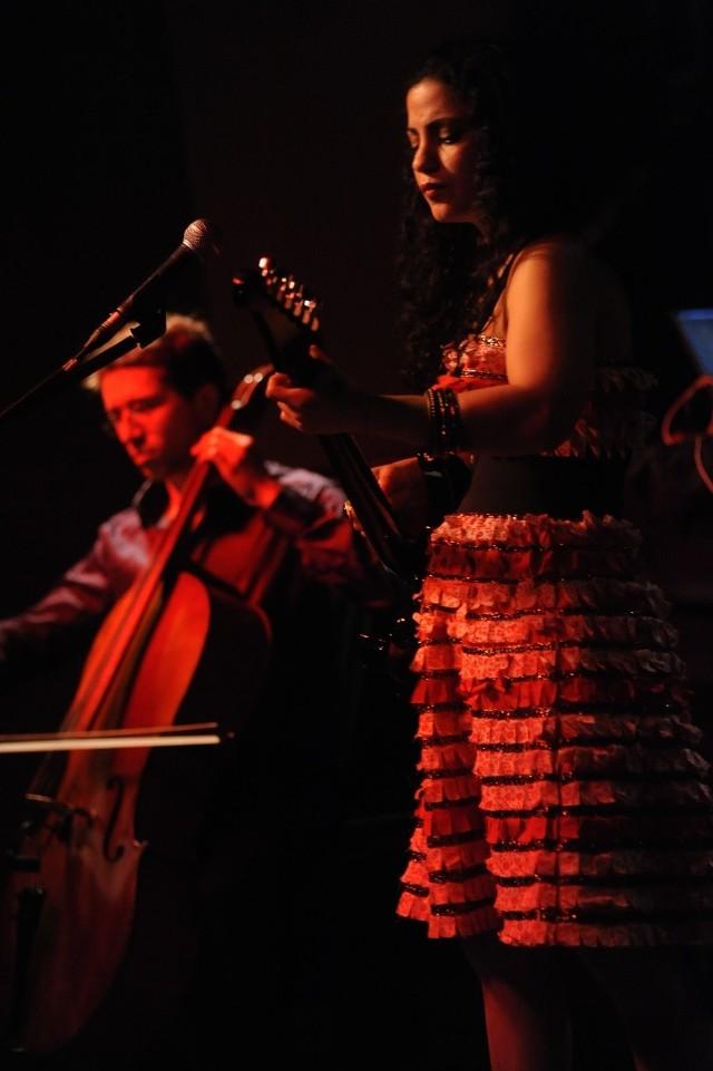 Emel Mathlouthi podczas występu w poznańskim klubie Blue Note  24 marca 2012 r.