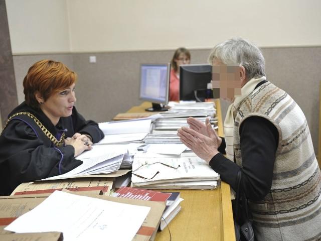 Sędzia Małgorzata Frąckowiak-Kalinowska w rozmowie z poszkodowaną
