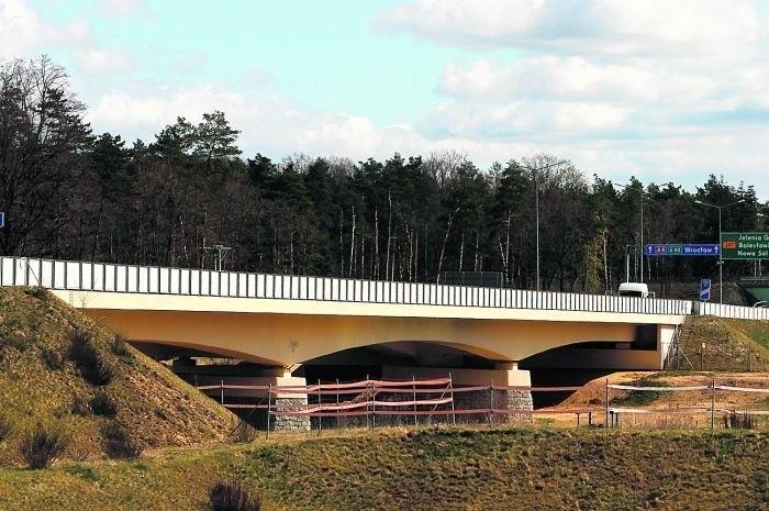 Gumowe elementy mostu, które tłumią drgania, zużyły się. Wymieniane są w ramach gwarancji
