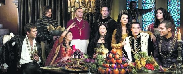 Henryk VIII wśród dworu, jeszcze nieprzetrzebionego jego własną dłonią. Dzięki kreacji Jonathana Rhysa Meyersa serialowa rzeź uwiodła miliony telewidzów