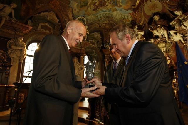 Prezes Andrzej Kraśnicki (z prawej) nagradza Mieczysława Łopatkę, szefa Regionalnej Rady Olimpijskiej we Wrocławiu, za jej działalność na rzecz ruchu olimpijskiego.