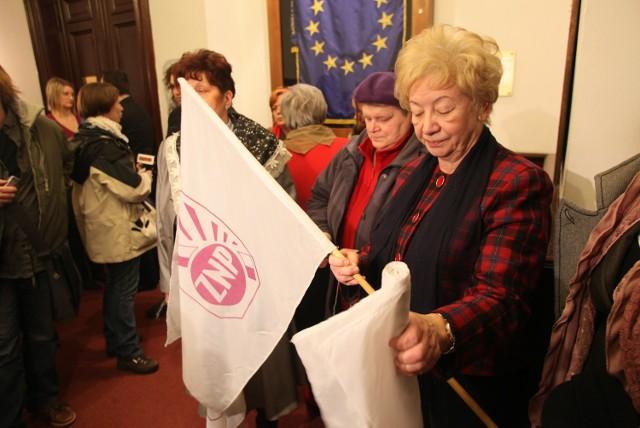 Członkinie ZNP przyszły w środę do magistratu z flagami.