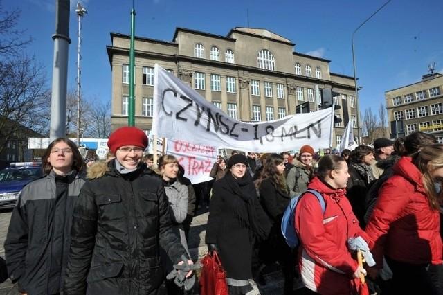 W marcu 2009 roku zorganizowano marsz w obronie VIII LO. Sprawa nada budzi dużo emocji.